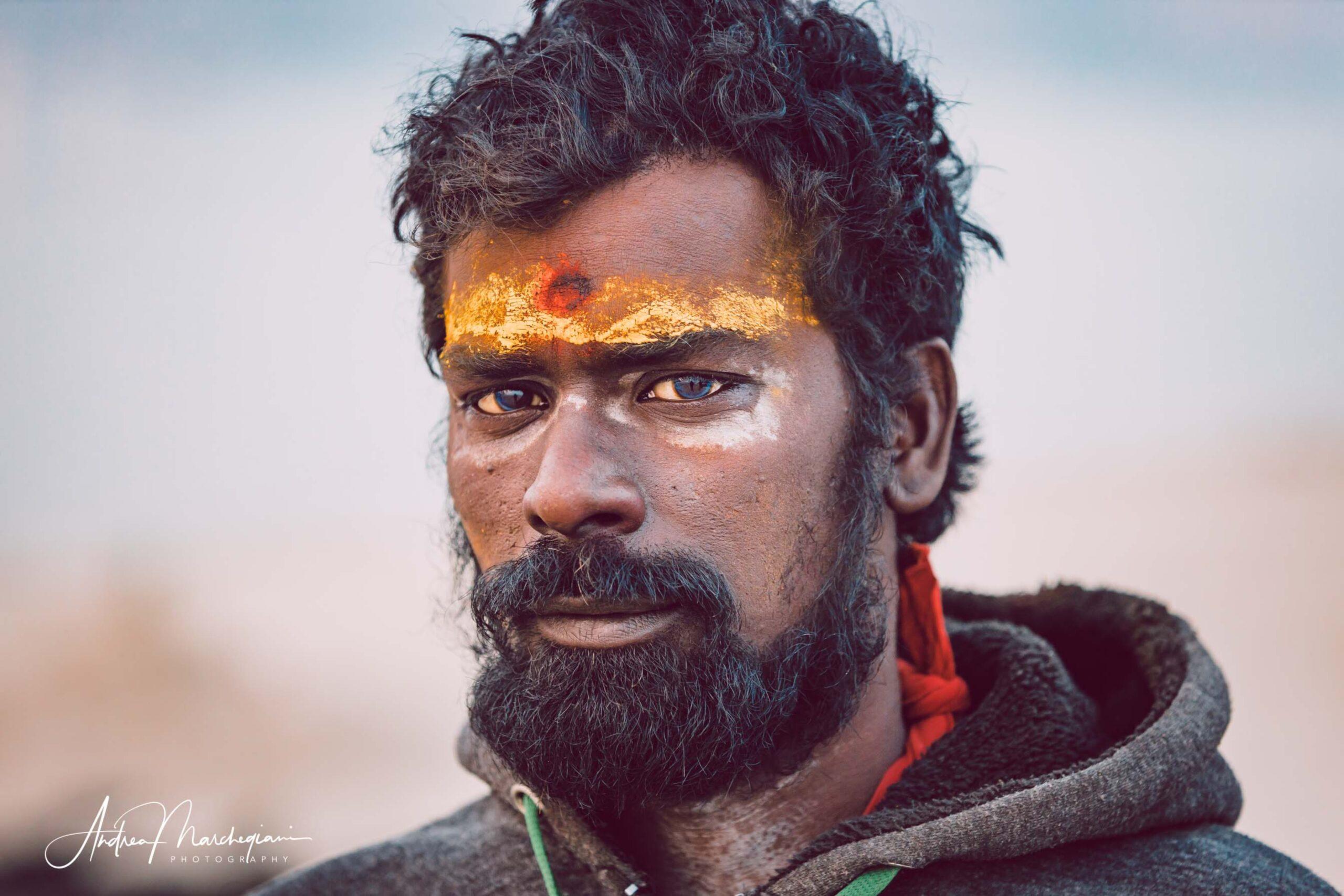 Ritratto di baba indiano con tilaka sulla fronte